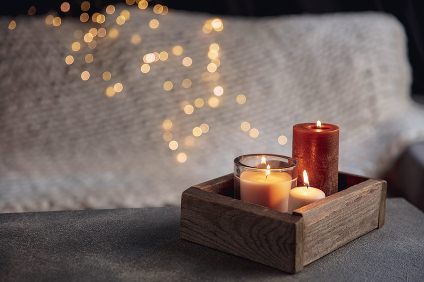 Plateau-en-bois-avec-des-bougies